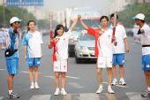 组图:奥运圣火扬州传递 公交MM浦娟家乡传圣火
