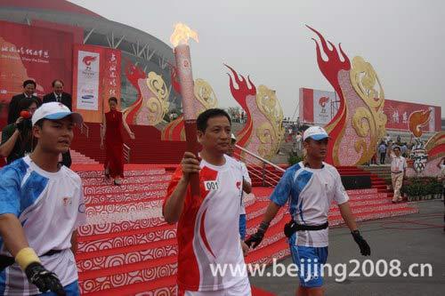 羽毛球世界冠军杨阳领跑第一棒