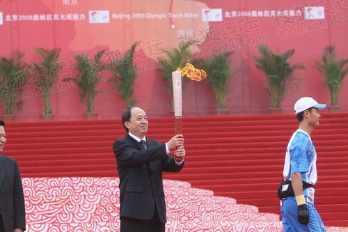 图文:国家体育总局副局长肖天在南京点燃火炬