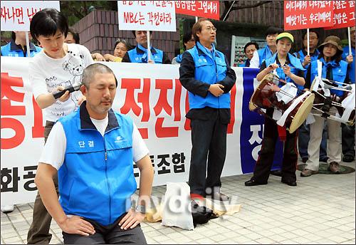 韩国艺人工会委员长金应锡现场削发
