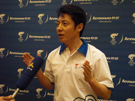 撒贝宁主持完发布会后接受专访,他是苏州站联想奥运火炬手