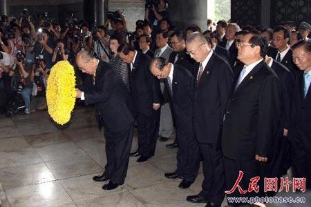 吴伯雄向中山陵敬献花圈。