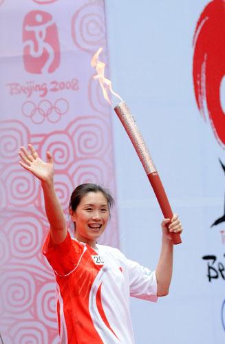 5月27日,最后一棒火炬手、前中国女排队员孙玥在结束仪式上向观众致意。当日,北京奥运会圣火在江苏南京传递。新华社记者姜帆摄
