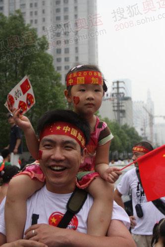 图文:圣火传递南京站 沿途群众为中国加油