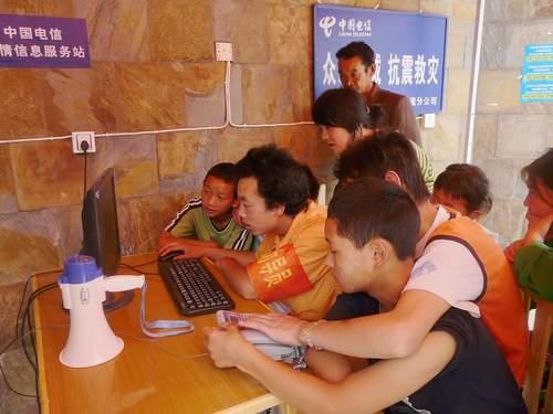 图为灾区的孩子正在中国电信亲情信息服务站上网