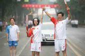 组图:奥运会圣火在南京传递 火炬手高圆圆传递
