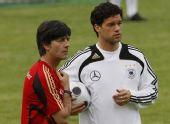 图文:德国队备战欧洲杯 巴拉克与主帅勒夫