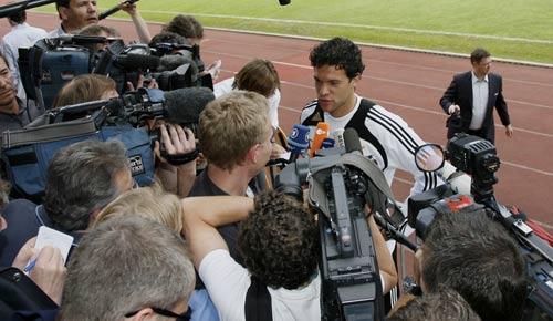 图文:德国队备战欧洲杯 巴拉克面对长枪短炮