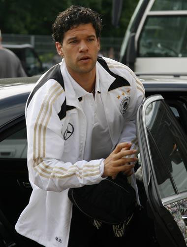 图文:德国队备战欧洲杯 巴拉克下车投入训练