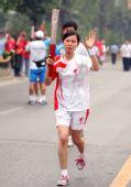 图文:奥运圣火在南京传递 赵晓青在进行传递