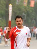 图文:奥运圣火在南京传递 胡冰在进行传递