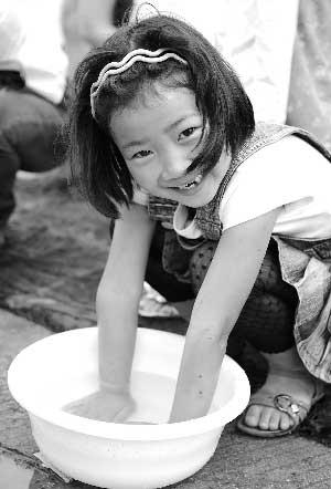 绵阳一名小女孩在洗手消毒