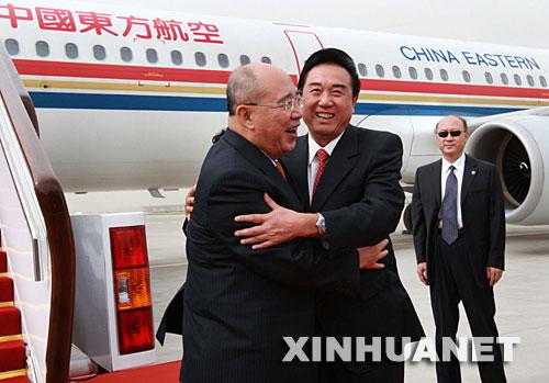 5月27日下午,中国国民党主席吴伯雄率领中国国民党大陆访问团抵达北京首都国际机场。中共中央台办主任陈云林到机场迎接。 新华社记者 庞兴雷 摄