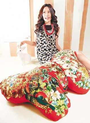 Mu Cha Cha黑色猫头图案连身裙$1,080、红色珠珠颈链$280、珍珠颈链$580、Mu Cha Cha兔仔图案蝴蝶结Cushion $1,680