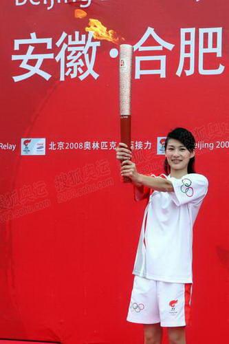 合肥站首棒火炬手、奥运冠军李娜展示火炬
