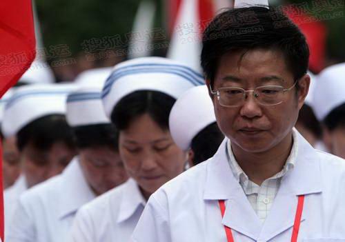 起跑仪式上医护人员默哀  奥运官网记者 王飞 摄