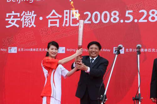 合肥第一棒火炬手李娜接过火炬  奥运官网记者 李威摄