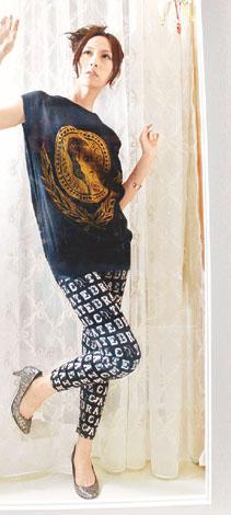 Jeremy Scott黑色人样衫 $1,680   Catedral黑色字母Tight Pants $520   闪银色高跟鞋 $580金色手表图案手 $380