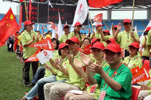 现场热情的观众为北京奥运圣火鼓掌