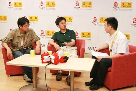 来自卧龙中国保护大熊猫研究中心的王鹏彦副局长、衡毅与主持人在访谈现场