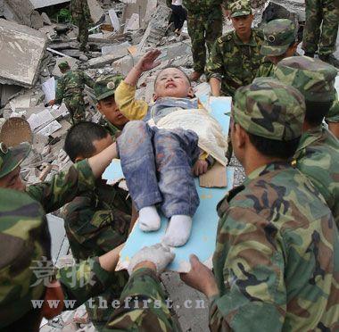 5月13日早晨,在北川灾区一处废墟上,获救的郎铮用