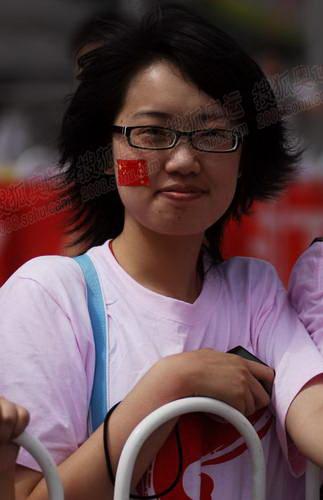 脸上戴着五星红旗