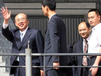中国国民党主席吴伯雄一行,28日上午来到北京奥运场馆之一的五棵松棒球场进行参观。