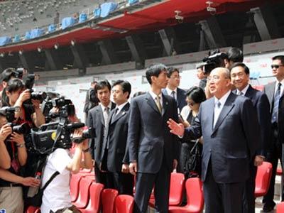 """中国国民党主席吴伯雄一行,28日上午来到北京奥运场馆之一的五棵松棒球场和奥运会主体育场""""鸟巢""""进行参观。(摄影记者  中国网/王锐)"""