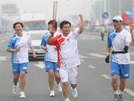 苏宁电器董事长张近东担任南京24棒奥运火炬手