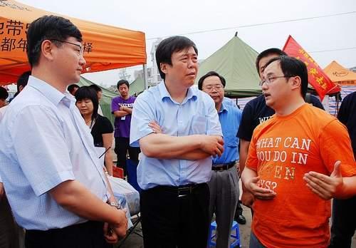 张春江书记(中)和李跃副总裁(左一)在都江堰的成都市抗震救灾指挥部