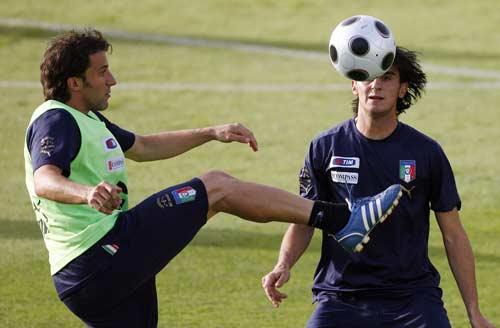 图文:[欧洲杯]意大利全家福 皮耶罗秀脚法
