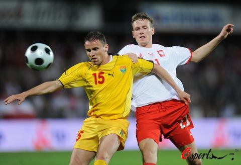 图文:波兰队备战欧洲杯 拼抢异常激烈