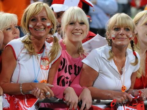 图文:波兰队备战欧洲杯 波兰三位美女球迷