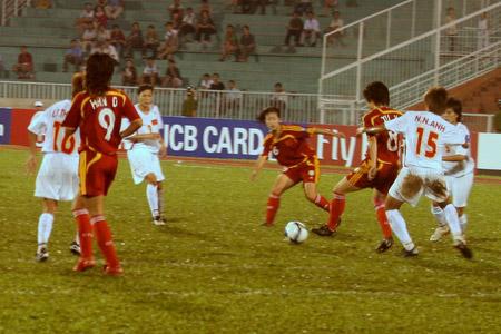 图文:[亚洲杯]女足VS越南 徐媛背身拿球