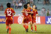 图文:[亚洲杯]女足VS越南 李洁徐媛激情相拥