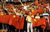 图文:[亚洲杯]女足VS越南 球迷挥舞国旗加油