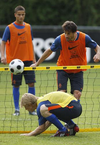 图文:荷兰积极备战欧洲杯 范尼玩网式足球