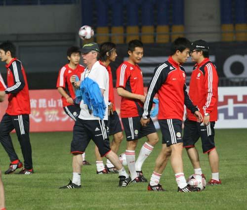 图文:[世预赛]国足备战卡塔尔 福拉多结束训练