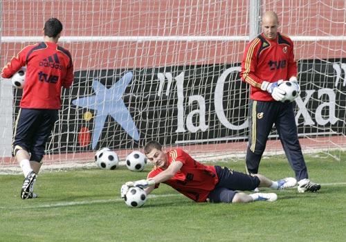 图文:西班牙备战08欧洲杯 卡西利亚斯倒地扑救