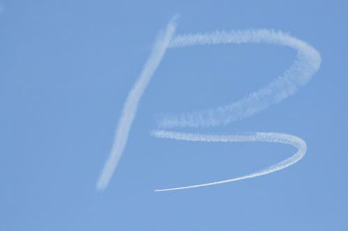 最细小的白色部分就是飞机