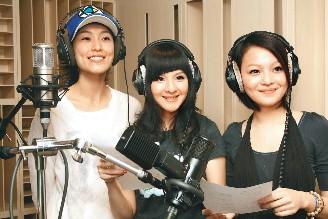 张韶涵(右起)、郭静、范玮琪为四川赈灾合唱