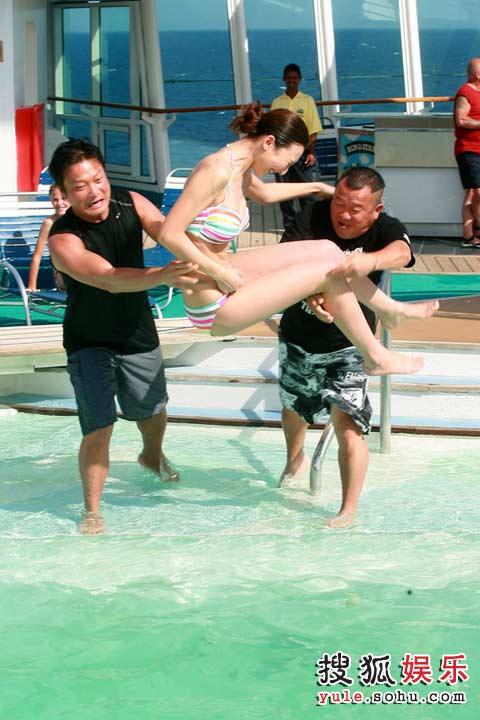 渔民捕到透明�_组图:08准港姐泳装亮相 邮轮上大秀身段