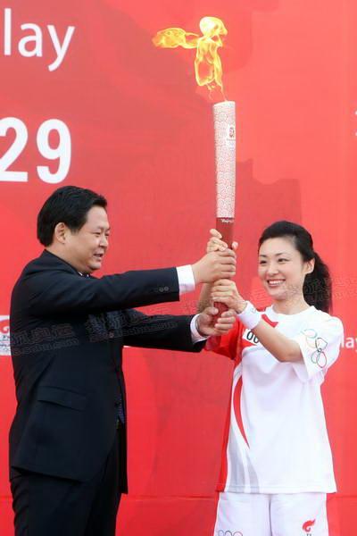 18杨振超将祥云火炬移交给第一棒火炬手周涛