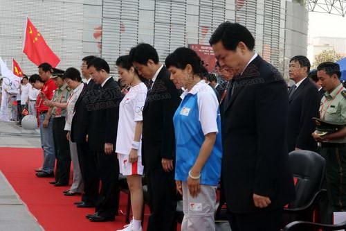 24全场来宾为四川汶川地震中遇难的同胞默哀一分钟