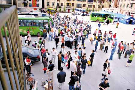 昨日下午,准备乘车撤离的群众在略阳汽车站候车。 本报特派记者 张红中 摄