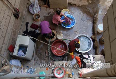 黄土坡一个村子,村民在用地下水洗衣服。记者 黄晓松/摄