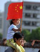 图文:奥运圣火在淮南传递 淮南市民为火炬加油