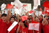 图文:奥运圣火在淮南传递 市民沿途为火炬加油