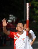 图文:奥运圣火淮南传递 火炬手卢节生手持火炬