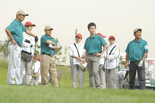 """图文:""""世界风杯""""高尔夫首轮 众人观注球落点"""